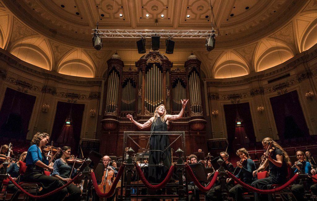 Barbara Hannigan singing and conducting LUDWIG. Concertgebouw Amsterdam 4-12-2017 Photo: Marco Borggreve
